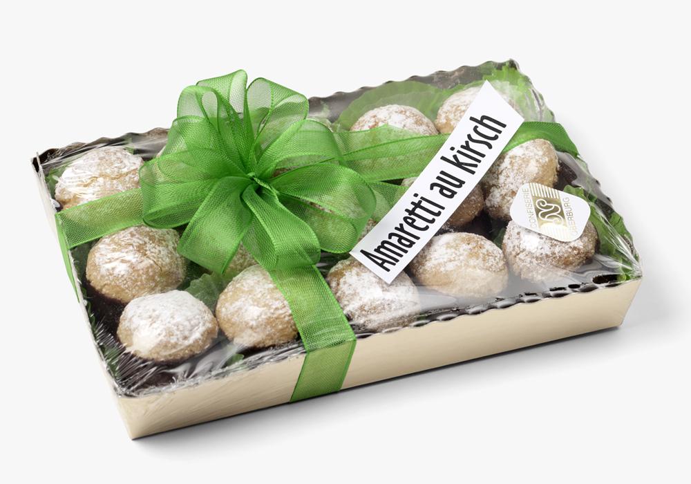 Amaretti und leichte Kirschfüllung aus Schokolade