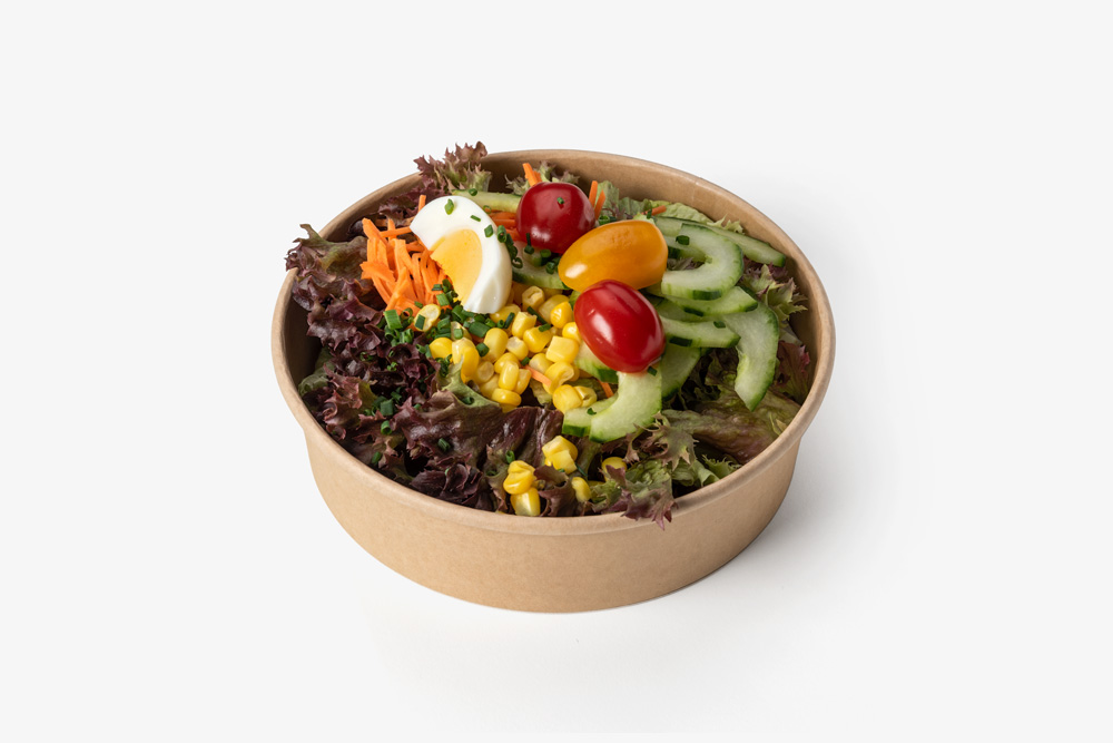 Salatschale mit Saisonsalat zum Mitnehmen.